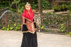 Fată în costum tradițional